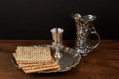 Aún-vida de Pesach con pan judío del passover del vino y del matzoh Imagen de archivo libre de regalías