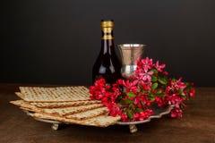 Aún-vida de Pesach con pan judío del passover del vino y del matzoh Fotos de archivo libres de regalías
