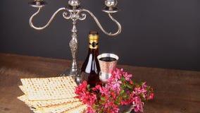 Aún-vida de Pesach con pan judío del passover del vino y del matzoh almacen de video