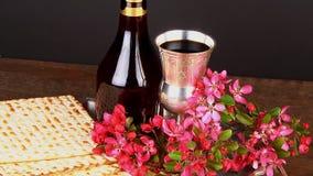 Aún-vida de Pesach con pan judío del passover del vino y del matzoh metrajes