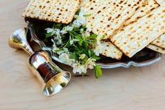 Aún-vida de Pesach con pan judío del passover del vino y del matzoh Fotografía de archivo