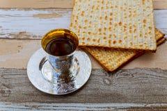 Aún-vida de Pesach con pan judío del passover del vino y del matzoh Fotos de archivo