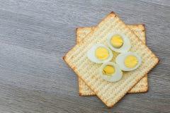 Aún-vida de Pesach con y pan judío del passover del matzoh Imagen de archivo libre de regalías
