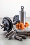 Aún-vida de pesas de gimnasia, apretón de la mano con los auriculares de moda Fotos de archivo