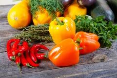 Aún-vida de verduras en una tabla Fotos de archivo libres de regalías