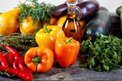 Aún-vida de verduras en una tabla vieja Imágenes de archivo libres de regalías