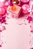 Aún-vida del Año Nuevo en los tonos rosados (visión superior) Imagen de archivo