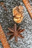 Aún-vida del canela, del anís de estrella y de la nuez en día de fiesta mágico de la Navidad en fondo de madera Imágenes de archivo libres de regalías