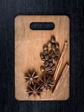 aún-vida del canela, del anís de estrella y del café para la Navidad en los tableros de madera del fondo Imagen de archivo libre de regalías