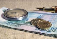 Aún-vida del negocio con el dinero y el reloj Fotos de archivo