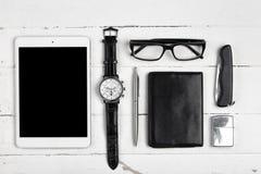Aún-vida del negocio con los vidrios y el cigarrillo l de la tableta Fotografía de archivo