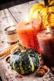 Aún-vida del otoño con las calabazas y las velas Fotografía de archivo
