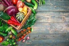 Aún-vida del otoño de las verduras frescas de la cosecha en viejo Foto de archivo libre de regalías