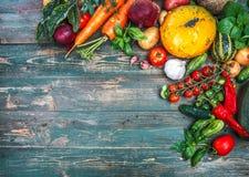 Aún-vida del otoño de las verduras frescas de la cosecha en viejo Imagen de archivo
