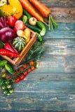 Aún-vida del otoño de las verduras frescas de la cosecha en viejo Fotos de archivo