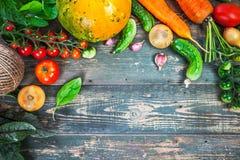 Aún-vida del otoño de las verduras frescas de la cosecha en viejo Imágenes de archivo libres de regalías