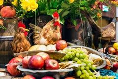 Aún-vida del plato del gallo y de fruta Imagen de archivo libre de regalías