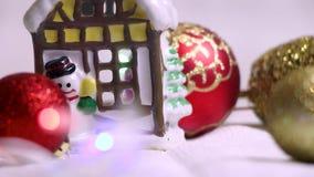 Aún-vida del ` s del Año Nuevo con la figura de los juguetes de la casa, rojos y amarillos del árbol de navidad y con las lintern almacen de video