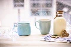 Aún-vida del ` s del Año Nuevo con una botella, una taza, cuenco de azúcar Imagen de archivo libre de regalías