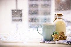 Aún-vida del ` s del Año Nuevo con una botella, una taza, galletas Imagen de archivo