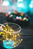 Aún-vida del ` s del Año Nuevo Ramas y ornamentos de árbol de navidad en un fondo de madera Fotografía de archivo