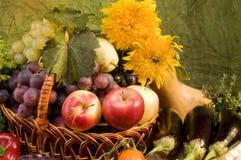 Aún-vida del vehículo y del alimento de las frutas Fotos de archivo libres de regalías