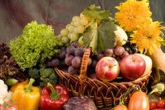 Aún-vida del vehículo y del alimento de las frutas Fotografía de archivo