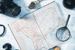 Aún-vida del viajero Reloj, cámara, mapa Imagenes de archivo
