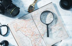 Aún-vida del viajero Reloj, cámara, mapa Fotografía de archivo