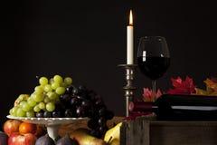 Aún-vida del vino y de la fruta Imagenes de archivo