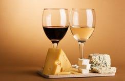Aún-vida del vino y del queso Imágenes de archivo libres de regalías