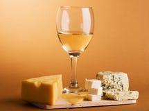 Aún-vida del vino y del queso Foto de archivo libre de regalías