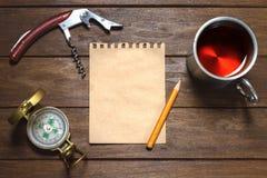 Aún-vida del vintage con el compás, el lápiz, el papel, el sacacorchos y el Cu Imagenes de archivo