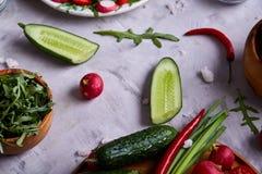 Aún vida deliciosa con aceite de oliva de oro en el tarro de cristal entre verduras frescas, primer, foco selectivo Imagenes de archivo