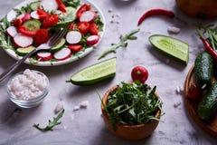 Aún vida deliciosa con aceite de oliva de oro en el tarro de cristal entre verduras frescas, primer, foco selectivo Fotos de archivo