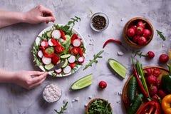 Aún vida deliciosa con aceite de oliva de oro en el tarro de cristal entre verduras frescas, primer, foco selectivo Imagen de archivo