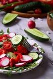 Aún vida deliciosa con aceite de oliva de oro en el tarro de cristal entre verduras frescas, primer, foco selectivo Imágenes de archivo libres de regalías