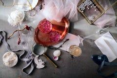 Aún vida elegante con agua color de rosa Fotos de archivo libres de regalías