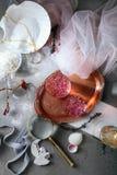 Aún vida elegante con agua color de rosa Imágenes de archivo libres de regalías