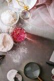 Aún vida elegante con agua color de rosa Fotografía de archivo libre de regalías