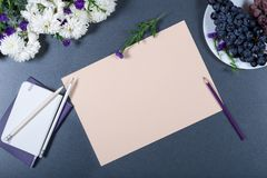 Aún vida elegante - hoja de chry beige del papel, blanco y púrpura Imagen de archivo