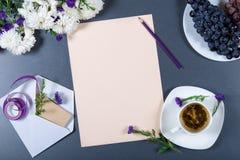 Aún vida elegante - hoja de chry beige del papel, blanco y púrpura Imágenes de archivo libres de regalías