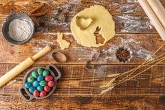 Aún-vida en un fondo de madera Pasta y estatuillas para las galletas Imagenes de archivo