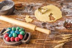 Aún-vida en un fondo de madera Preparación para cocer las galletas rizadas para Pascua Fotos de archivo libres de regalías