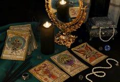 Aún vida esotérica con las tarjetas, el mirrow y los cristales de Tarrot Foto de archivo libre de regalías