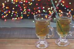 Aún vida festiva con dos tazas de té verde Fotos de archivo