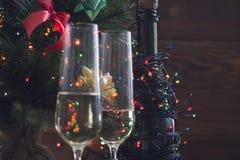 Aún vida festiva con dos vidrios y una botella de champán Imagen de archivo