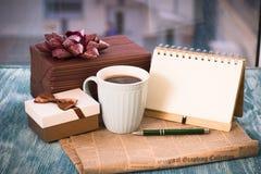 Aún-vida festiva con los presentes, una taza, un cuaderno del RA Foto de archivo libre de regalías