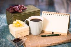 Aún-vida festiva con los presentes, una taza, un florero, un cuaderno del RA Imágenes de archivo libres de regalías