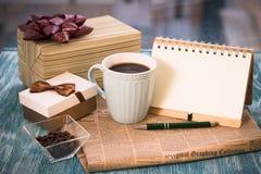 Aún-vida festiva con los presentes, una taza, un florero, un cuaderno del RA Foto de archivo libre de regalías